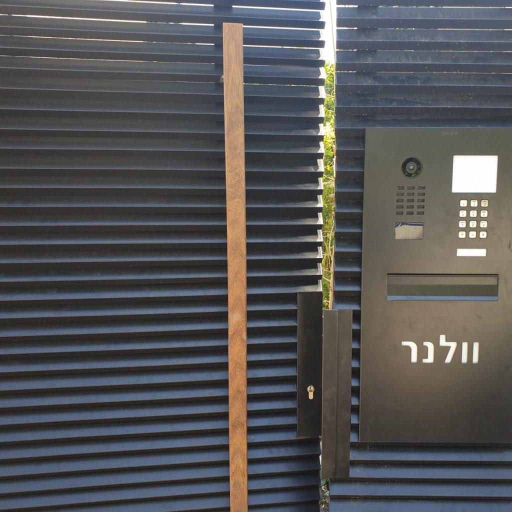 התקנת פאנל קאסטום משולב עם תיבת דואר ומספר בית מואר בתל אביב